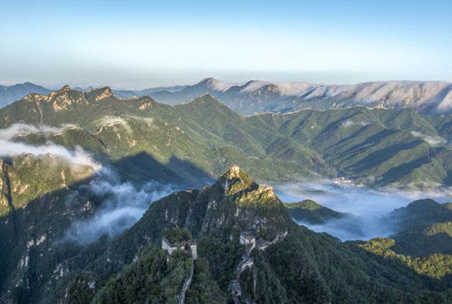 北京:雨后箭扣长城云雾缭绕美不胜收